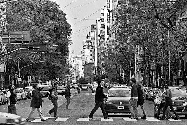 Blanco y negro.Gente en la senda peatonal