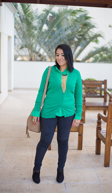 Camisa verde + cardigã verde no look do dia