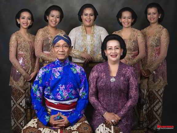 Gambar Hamengkubuwono X bersama dengan para Rani (5 orang putrinya)