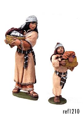 madre e hija con cesto de ropa