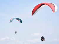 Para Pilot Paralayang Terbang Hiasi Langit Kecamatan Durenan