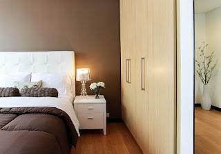 Placard et lit dans une chambre.