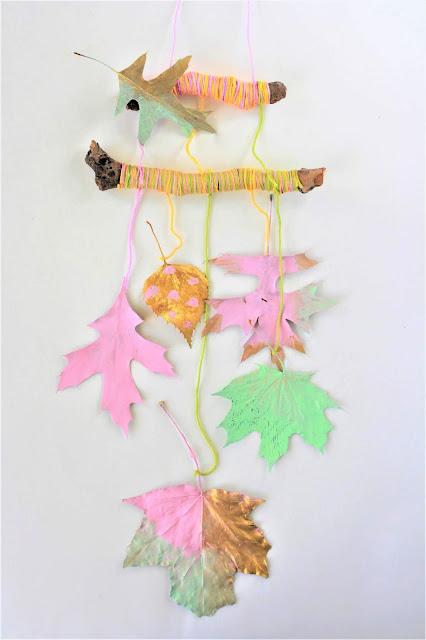 Herbstdeko mit bunten Herbstblättern