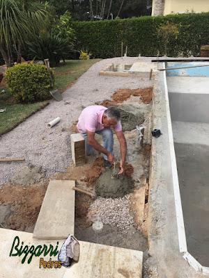 Bizzarri, da Bizzarri Pedras, preparando a base onde vamos fixar a viga para a execução do deck de madeira com a execução do pergolado de madeira em residência em condomínio em Vinhedo-SP.