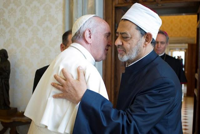 Paus Francis berpelukan dengan Imam Besar Masjid Al Azhar, Syeikh Ahmed al-Tayeb, di Vatikan, Senin, 23 Mei 2016. FOTO REUTERS.jpg
