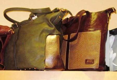 Bolso verde y bolso marrón, combinados con dorado.
