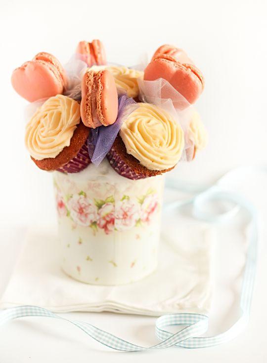 caneca bonita com um buquê de cupcakes e macarron