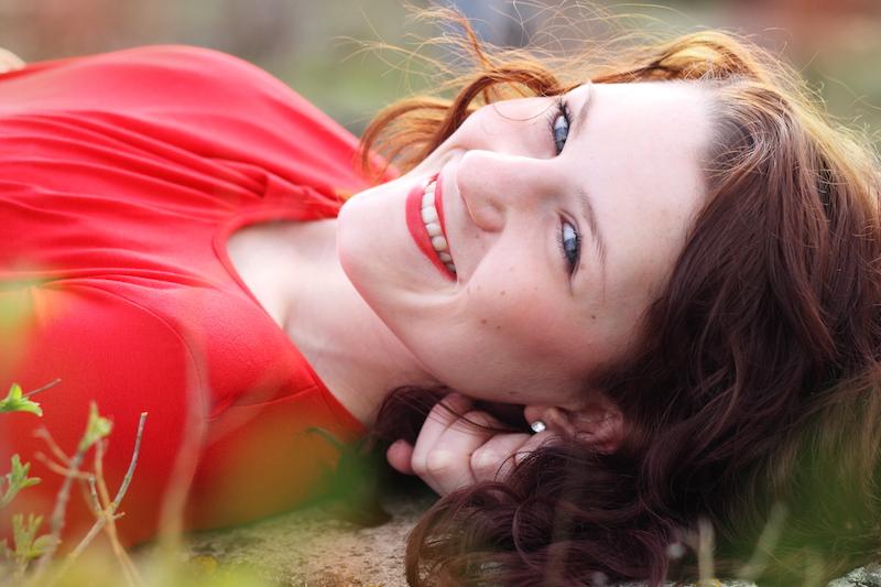 Frau mit braunen Locken und blauen Augen