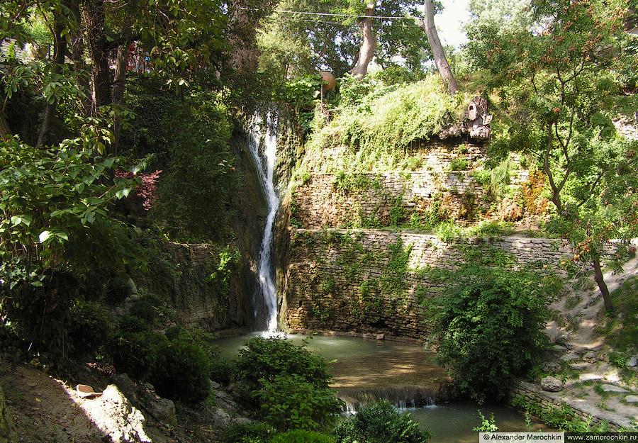 Рукотворный водопад в королевской резиденции в Балчике