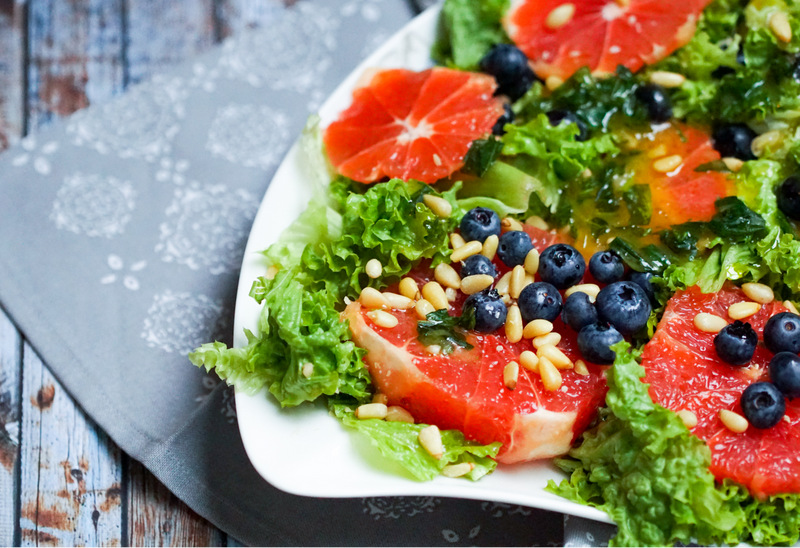 Summer never ends salad grapefruit blueberries pine_nuts, Grünkohlsalat mit Grapefruit, Blaubeeren und Pinienkernen,  Villeroy & Boch New Cottage, H&M Home