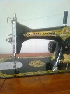 Mesin jahit untuk membuat sarung bantal dari kain perca