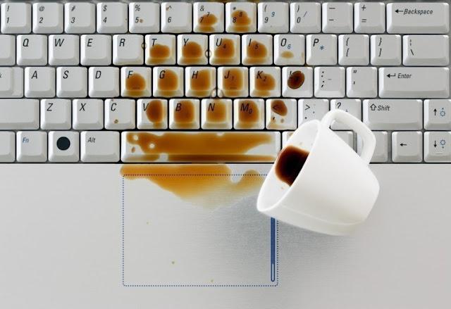 Qué hacer si se moja tu ordenador o teléfono móvil