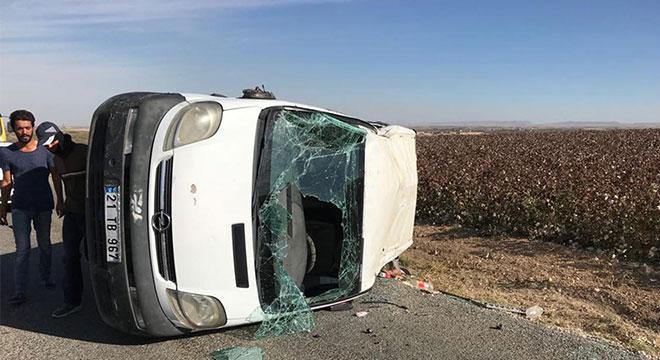 Çınar Şekerören yakınlarında kontrolden çıkan minibüs takla attı: 4 yaralı