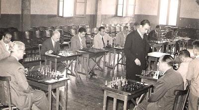 Jaume Lladó Lumbera dando unas simultáneas de ajedrez en 1954