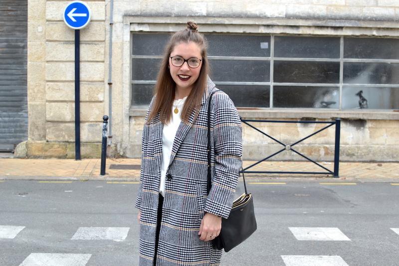 manteau long pied de poule La Redoute, top blanc Zara, pantalon gris foncé Uniqlo, trio bag céline