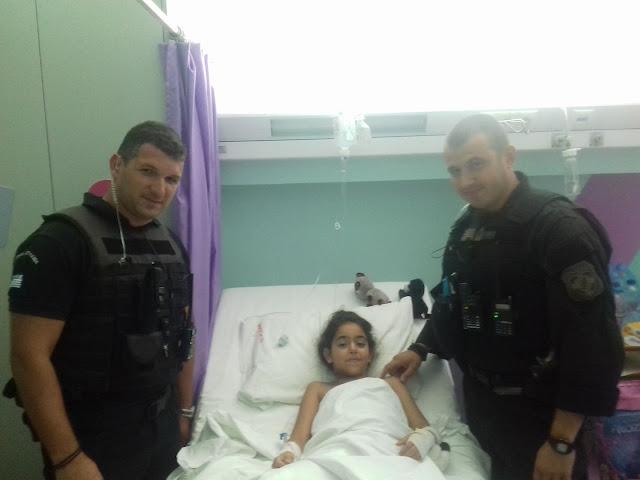 Δυο Έλληνες αστυνομικοί έσωσαν την ζωή 8χρονης ρισκάροντας την ζωή τους