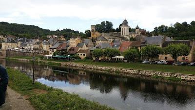 Montignac. El riu Vézère i l'església de Saint-Pierre-ès-Liens