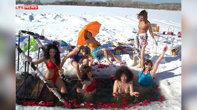 Сибирячки устроили фотосессию в купальниках у проруби