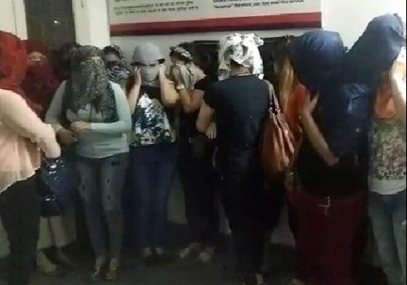 गुड़गांव माल में बड़े सेक्स रैकेट का भंडाफोड़, आपत्तिजनक हालत में मिले 10 युवक 15 युवतियां