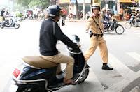 Cảnh sát giao thông có được phép đạp người tham gia giao thông