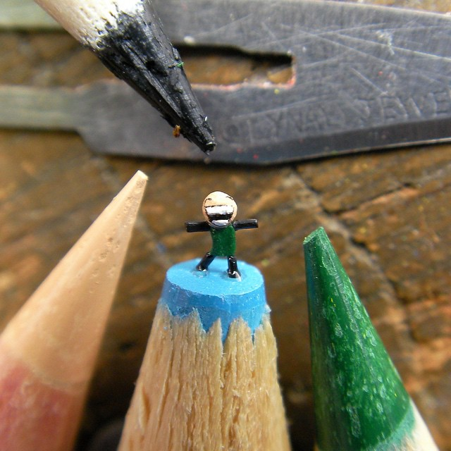 11-Cyanide-and-Happiness-Thomas-Lynall-Miniature-Pencil-Graphite-Sculptures-www-designstack-co