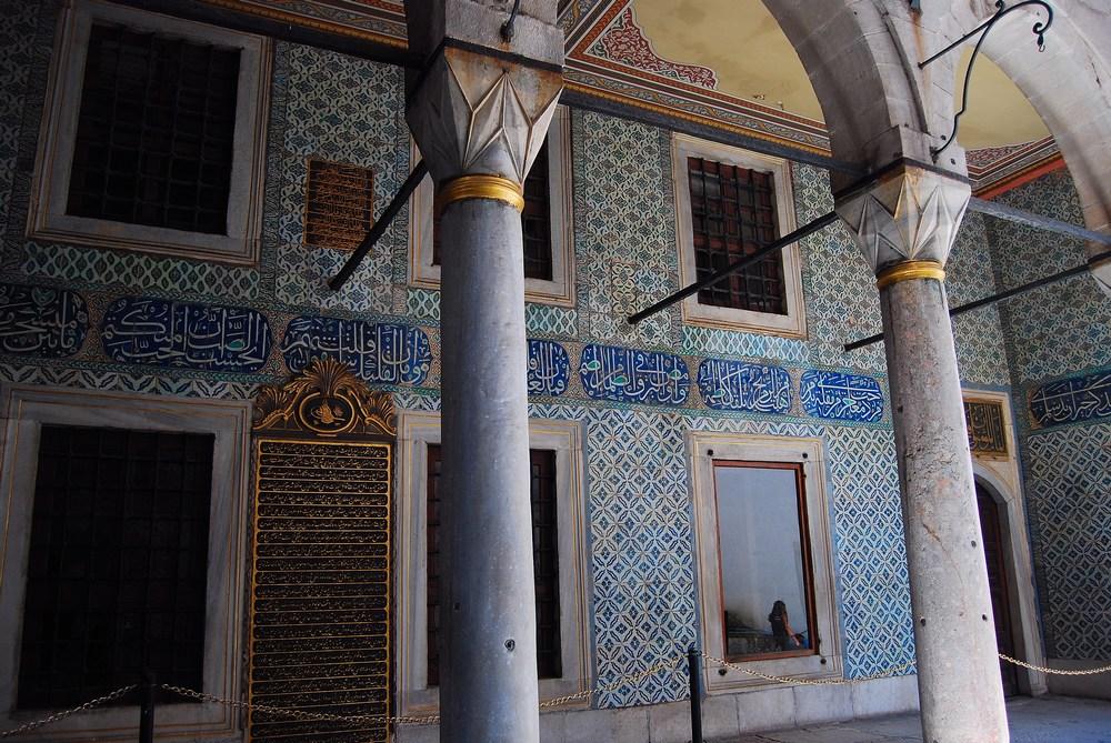 peu après l'entrée se trouvait la cour des Eunuques noirs, bordée de leurs appartements ainsi que celui des odalisques (femmes blanches esclaves offertes au sultan)