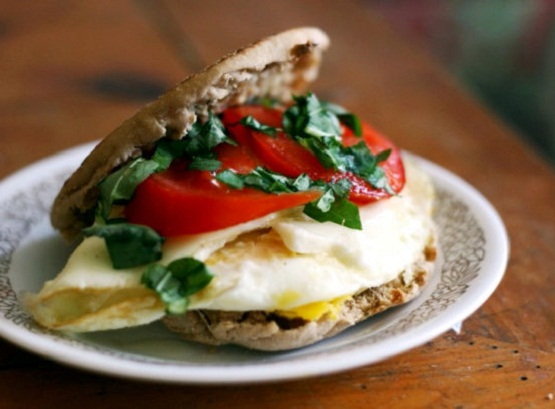 healthy breakfast ideas to lose weight, egg sandwich, banana and almond butter pancake