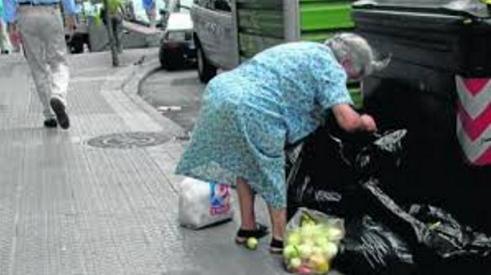 Anciana busca comida
