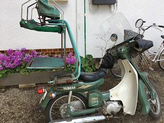 A photo of a rusty old Yamaha bike used for delivering Japanese soba and udon noodles