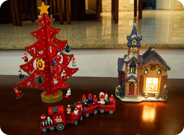 Decoração Natalina Enfeites de Natal Árvore e Trem de Madeira e Igreja Vila Iluminada