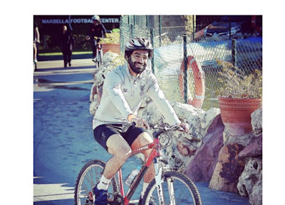 محمد صلاح يقود دراجة فى شوارع مدينة ليفربول