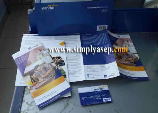 BROSUR : Berbagai brosur dan informasi Bank Mandiri yang saya peroleh saat membuka rekening kemarin.  Buat baca baca. Foto Asep Haryono
