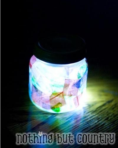 Lampu hias dari toples bekas dan lampu LED, dengan sedikit hiasan.
