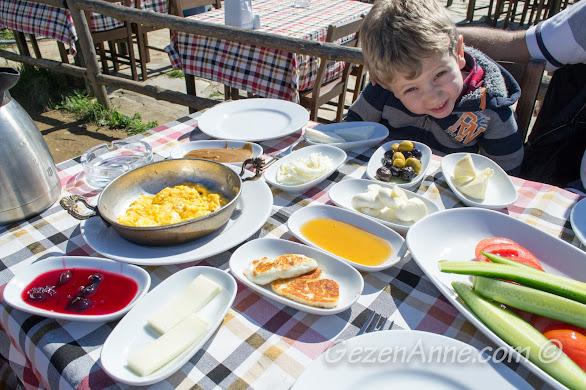 İstanbul Boğazı'nı tepeden gören bir açık hava kahvaltısı etmek istenildiğinde Yoros kalesi iyi bir adres, Rumeli Kavağı
