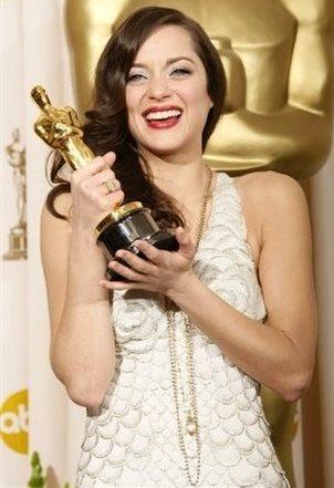 Foto de Marion Cotillard con premio del Oscar