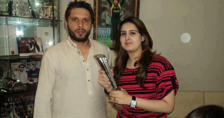 Prince Of Pk: Shahid Afridi With His Wife Beautiful Photos