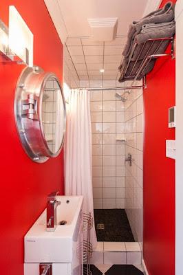 แบบห้องน้ำแคบๆ ยาว สีแดง