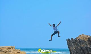 aksi foto asik di pantai batu hiu