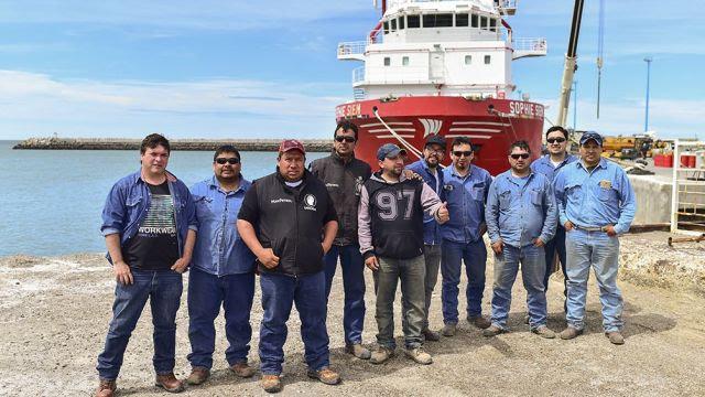 Parte del equipo de soldadores que trabajaron para acondicionar al buque Sophie Siem. Imagen vía TÉLAM