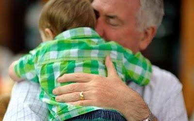 padre de 40 años con su hijo