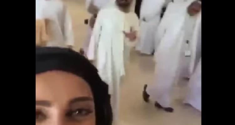 رد فعل مفاجئ لحاكم دبي لحظة التقاط فتاة سيلفي معه.. وسر الإشارة ( فيديو )