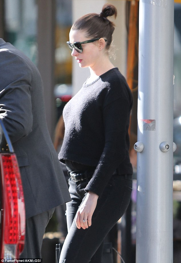 Anne Hathaway Reveals her Baby Bump for the First Time ...