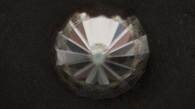 Diamante en el yunque que los científicos usaban para hacer la lonsdaleíta nano-clasificada.