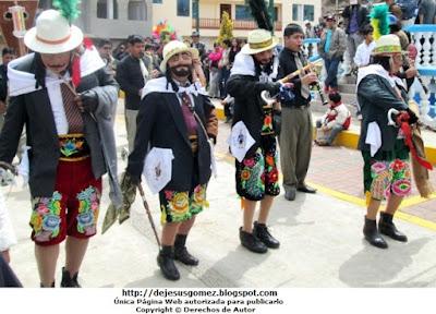 Foto de Príncipes o Chapetones delgados, gordos, altos y bajos en la Plaza de Santa Cruz de Andamarca (Huaral - Lima - Perú). Foto tomada por Jesus Gómez