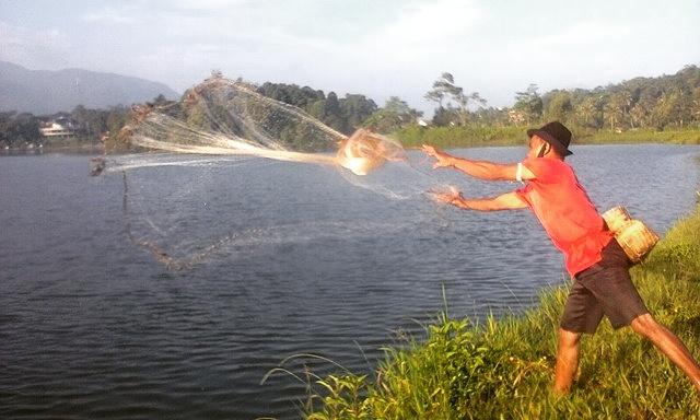 Belajar Fotografi Ponsel, angle, panjalu, momen, situ lengkong, penangkap ikan