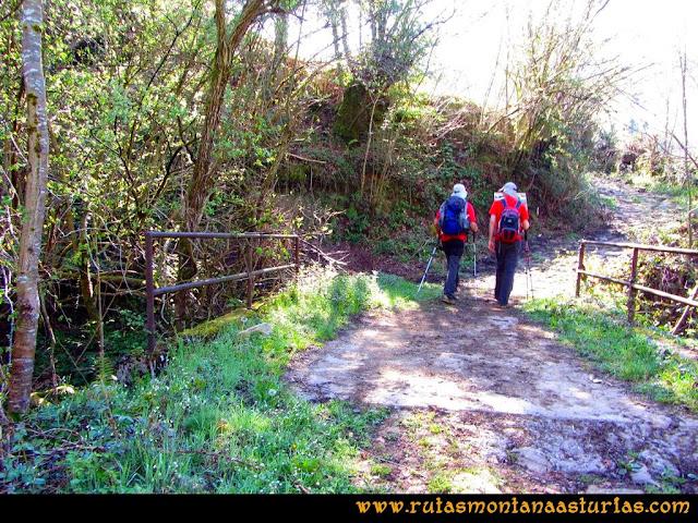 Ruta al Campigüeños y Carasca: Cruzando un puente al inicio de la ruta