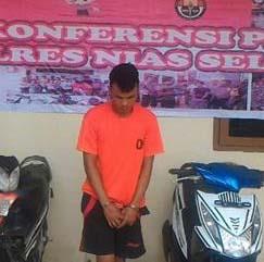 Tersangka pencuri sepedamotor di Nias yang diringkus polisi dan tembak betisnya.