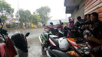 Teladan Hujan Sang Penjual Koran