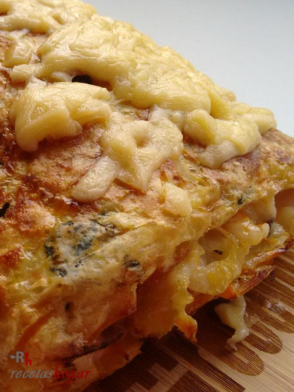 Delicioso rollo de tortilla española con queso y jamón