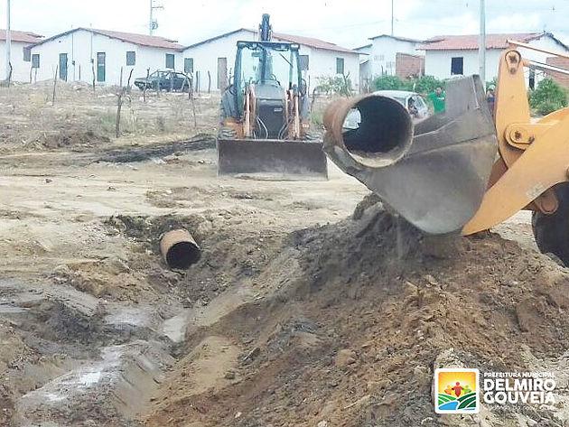 Prefeitura de Delmiro Gouveia instala tubulação da rede de esgoto nas 369 casas